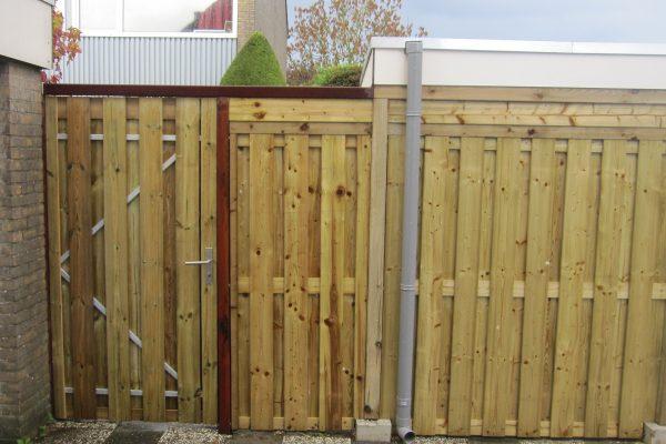 Poortdeur van geïmpregneerd hout