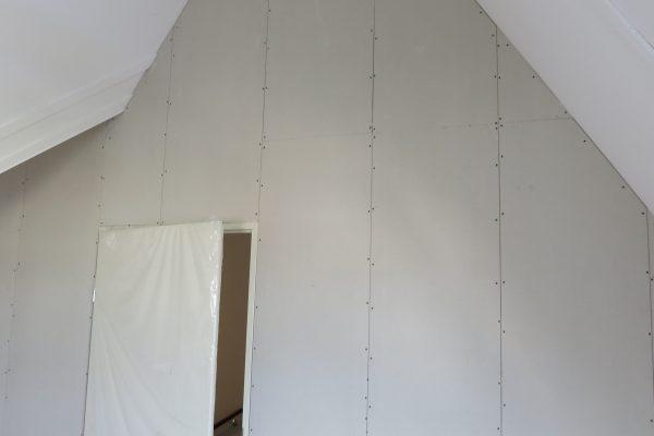 Zolderwand met deur laten plaatsen