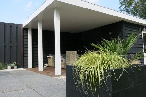 Buitenverblijf laten plaatsen met een bijpassende plantenbak