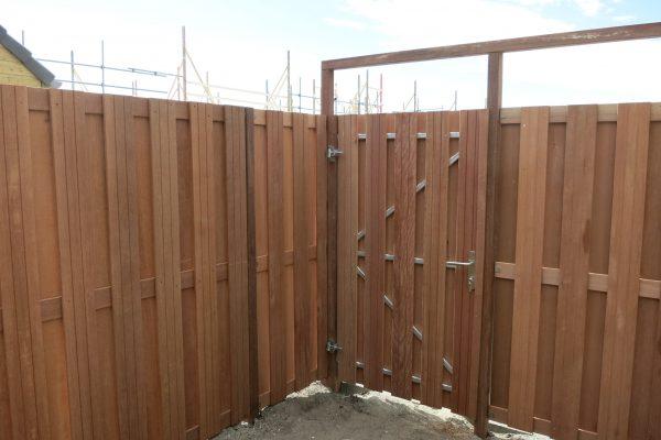 Hardhouten poortdeur plaatsen in hoek