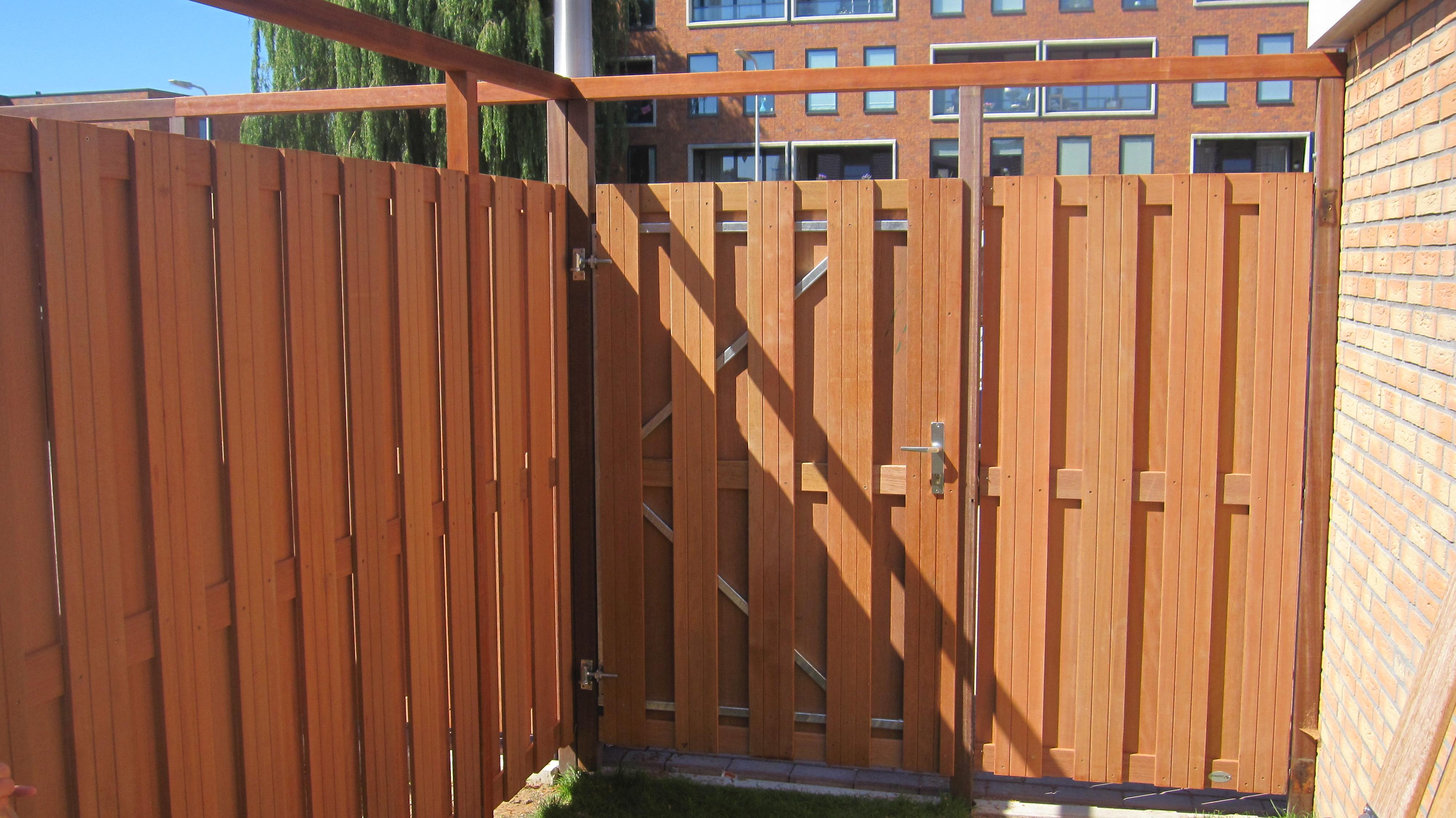 Bankiray poortdeur in de tuin laten plaatsen