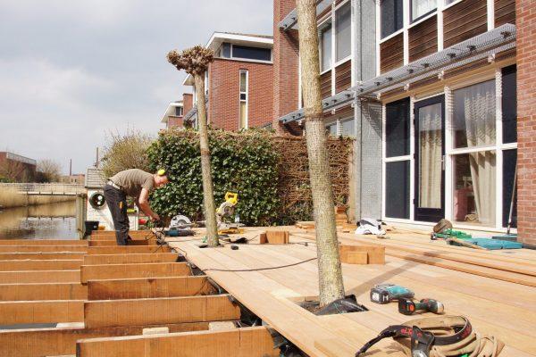 Plaatsen hardhouten vlonder Alphen aan den Rijn