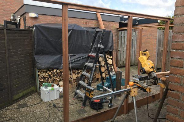 Plaatsen douglash houten schuttingen met poortdeur