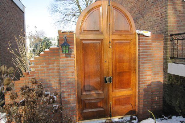 plaatsen van klassieke poortdeuren