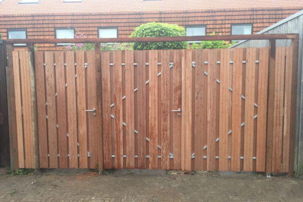 Dubbelen hardhouten poortdeur geplaatst Den Haag