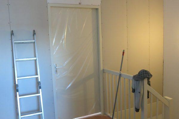 zolderwand-met-deur-laten-plaatsen-2