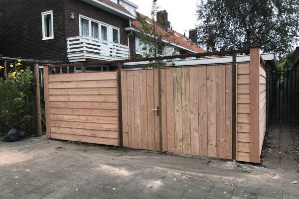 Douglash houten schutting met dubbelen poortdeur geplaatst