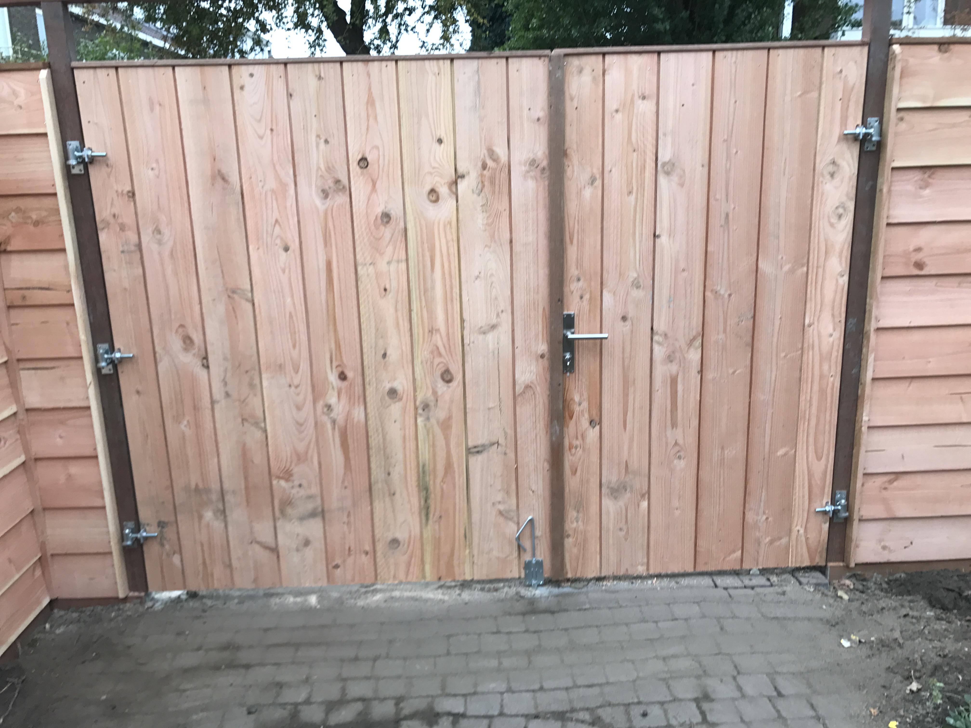 plaatsen van douglash houten schutting met dubbelen poortdeur