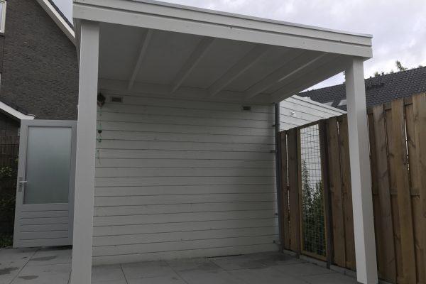 overkapping laten plaatsen met robuuste douglash houten bak en een EPDM dak
