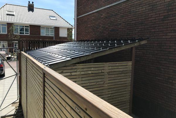 een overkapping met dakpanplaten geplaatst