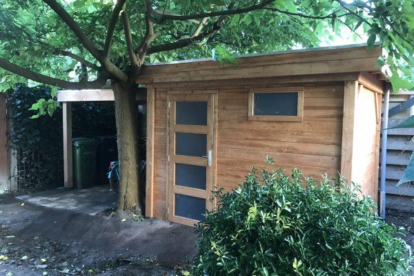 Plaatsen van schuur met overkapping op een hardhouten fundering Den Haag