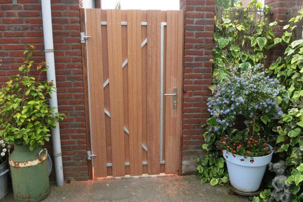 plaatsen van hardhouten poortdeur