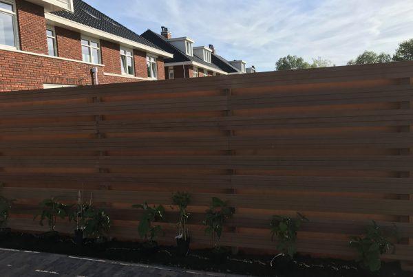 schutting met losse hardhouten planken