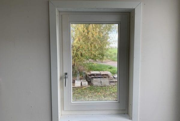 Kozijn met draaikiep raam geplaatst