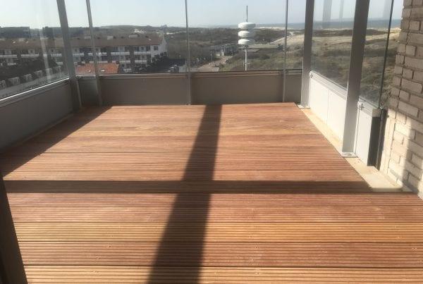 hardhouten vlonder op balkon Scheveningen
