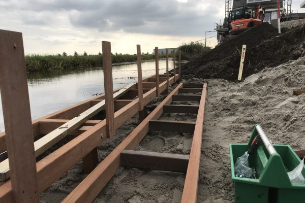 opbouw van hardhouten frame tbv vlonder