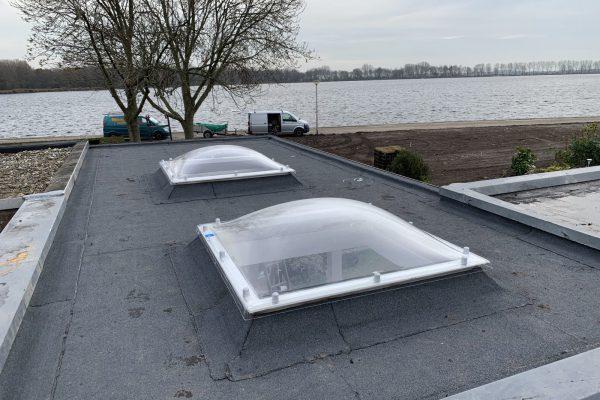 Plaatsen van koepel in het dak van de overkapping