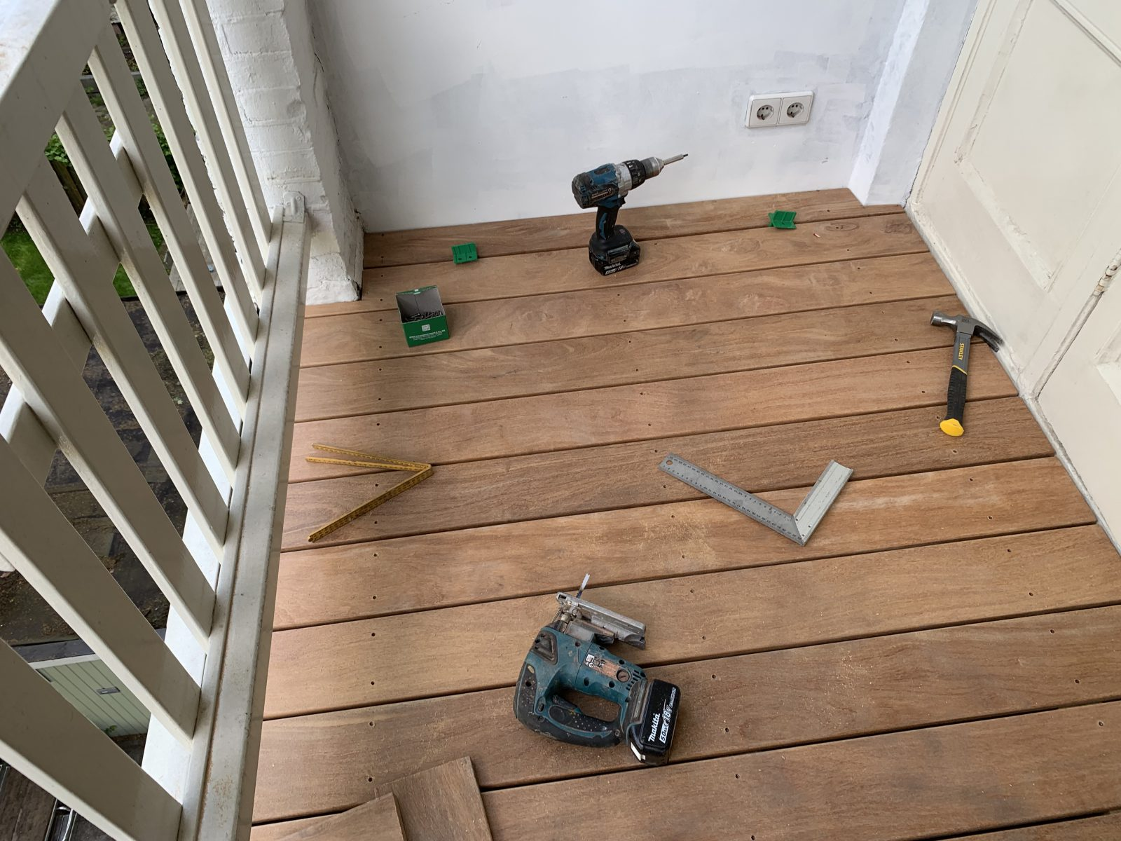 hard houten vlonder op balkon
