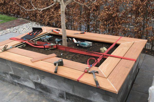 het maken en plaatsen van tuinmeubelen van bankiray vlonder delen.