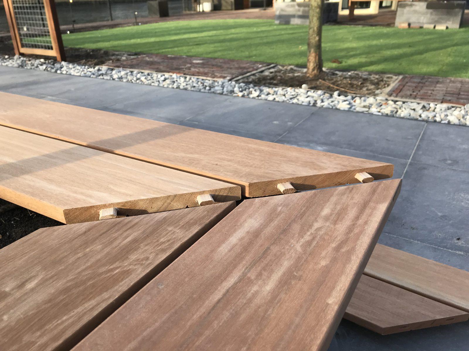 plaatsen van houten tuinmeubelen