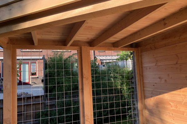 douglas houten overkapping met een achterwand van gaas (1)