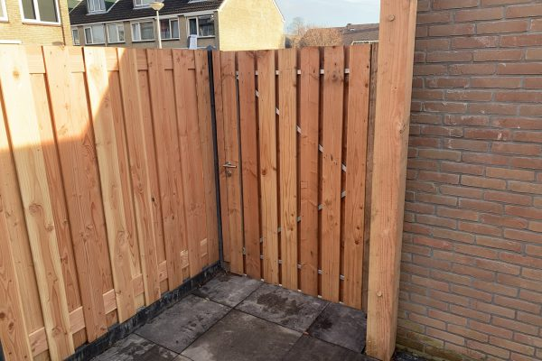 plaatsen van een douglas houten poortdeur Bodegraven