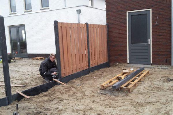 Schuttingen met betonnen palen en hardhouten schermen Bodegraven (1)