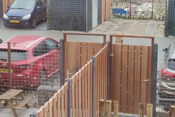 Schuttingen met betonnen palen en hardhouten schermen Bodegraven (2)