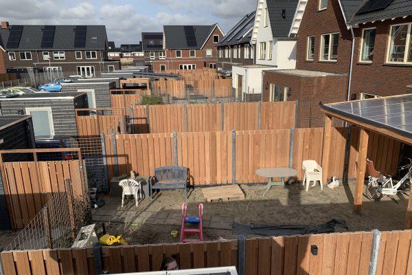 Schuttingen met betonnen palen en hardhouten schermen Bodegraven