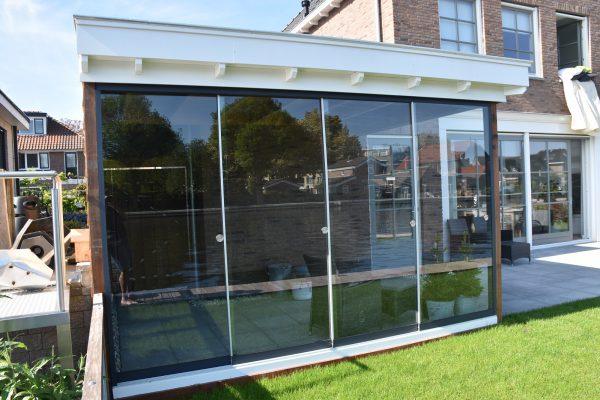 glazen deuren geplaatst overkapping