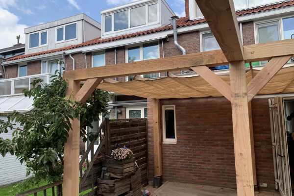 Overkapping in combinatie met pergola schaduwdoek (3)