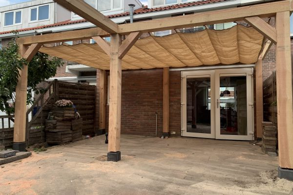 Overkapping in combinatie met pergola schaduwdoek (6)