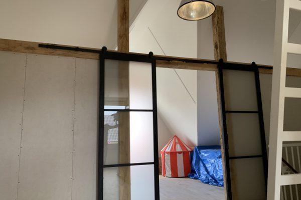Plaatsen van wand zolder met glazen schuif deuren (2)