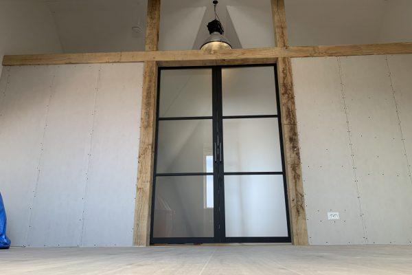 Plaatsen van wand zolder met glazen schuif deuren (3)