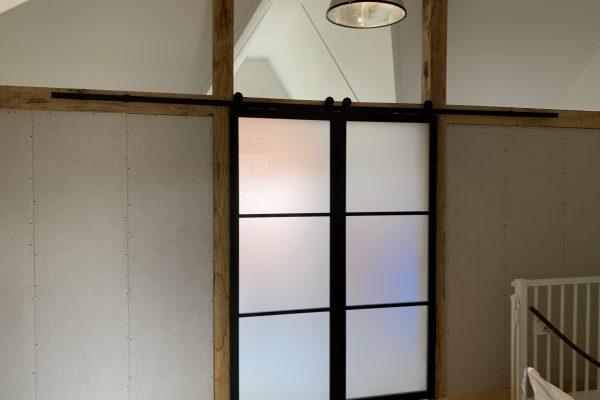 Plaatsen van wand zolder met glazen schuif deuren